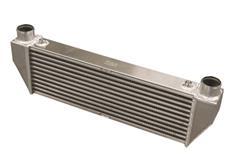 Forge Motorsport univerzální intercooler Type 5 s vnějším rozměrem 680 x 80 x 223 mm a výstupy nahoru