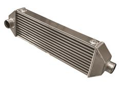 Forge Motorsport univerzální intercooler Type 7 s vnějším rozměrem 665 x 115 x 200 mm a jedním výstupem dozadu a jedním do strany
