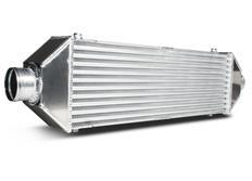 Forge Motorsport univerzální intercooler Type 4 s vnějším rozměrem 680 x 80 x 200 mm a výstupy do stran uprostřed chladiče