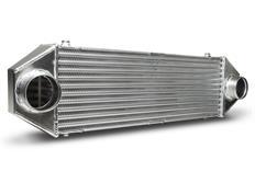 Forge Motorsport univerzální intercooler Type 6 s vnějším rozměrem 650 x 115 x 200 mm a výstupy nahoru