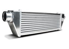 Forge Motorsport univerzální intercooler Type 8 s vnějším rozměrem 680 x 80 x 200 mm a výstupy do strany ve spodní části