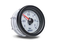 Autogauge palubní přístroj - tlak turba s bílým podkladem