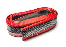 Univerzální lipa/spoiler z pružného materiálu Carbon-Look - černý s červenou linkou, délka 2,5 m