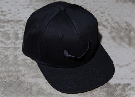 Vossen luxusní černá kšiltovka snapka s vystouplou černou výšivkou