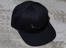 """Vossen luxusní černá kšiltovka snapka s vystouplou černou výšivkou """"V"""""""